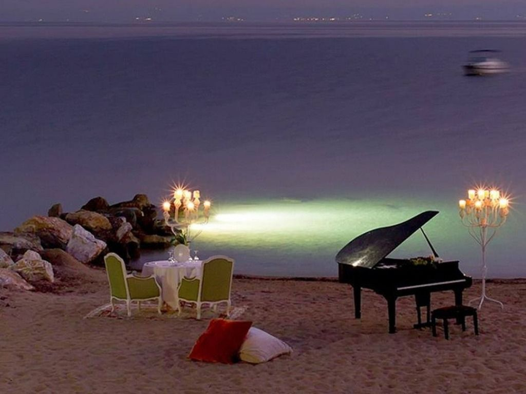Sopar  romàntic  a  la  platja.  M.Carme.