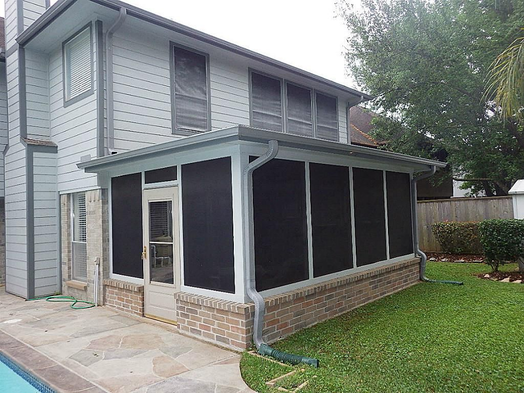 1038 Chesterwood Dr Pearland, TX 77581: Photo Just off the pool is a great surprise. An outdoor screened kitchen. With top of the line grill with LED lighting.