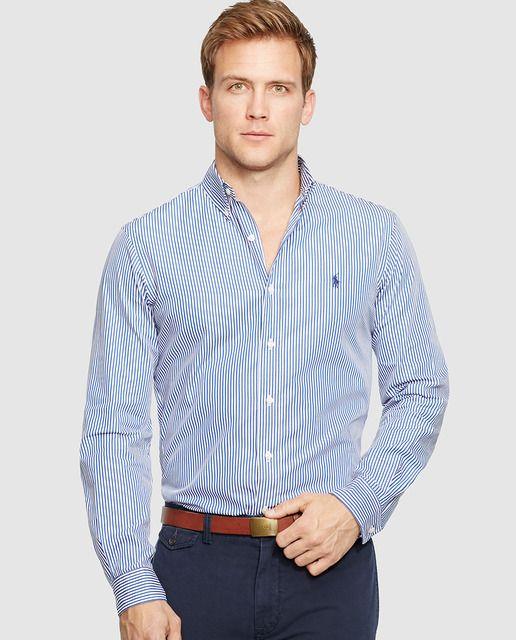 al hombre inglés que lleva camisas de colores