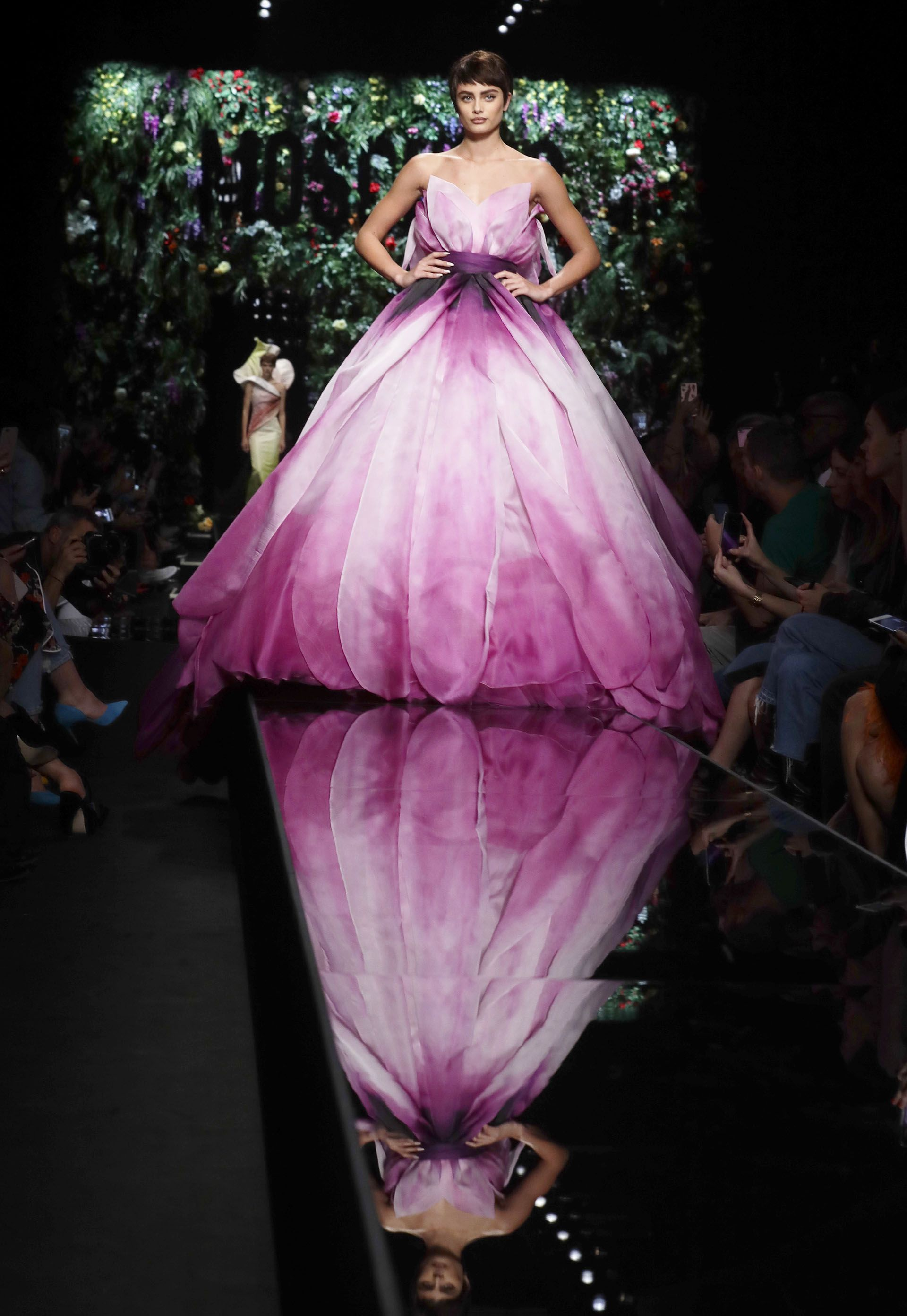 Moschino -Los vestidos de gala se transforman y emulan gigantescos ...