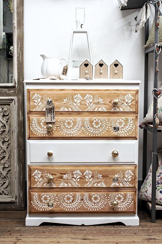 Des Pochoirs Un Peu De Peinture Et Voici Une Personnalisation Reussit Restoration De Meuble Mobilier De Salon Meuble Deco