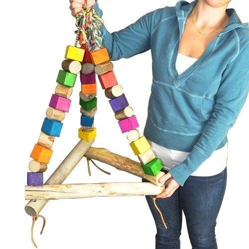 """Idé til food-color mønster : - mal hver anden """"træ-klods"""", og lad de andre være af flot, afbarket træ i naturlig træ farve.  - mal prikker - mal evt. spiral-mønster på træ-klodserne; Evt. én farve på hver klods,  Eller flere farver i samme spiral-mønster på samme træ-klods.  Selv med mønstre, - kan hver anden træ-klods være al neutral, altså ikke malet! ~~ evt. K  JUMBO TRI SWING BIRD TOY parrot cage toys cages cockatoo amazon macaw hyacinth #BONKABIRDTOYS"""