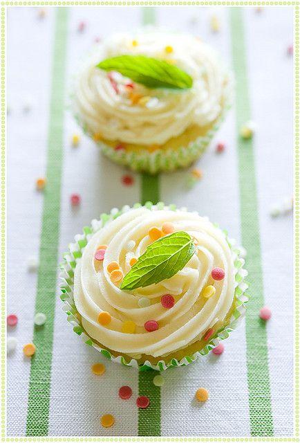 Delicatissimi cupcake con foglia di menta... bellissima foto!