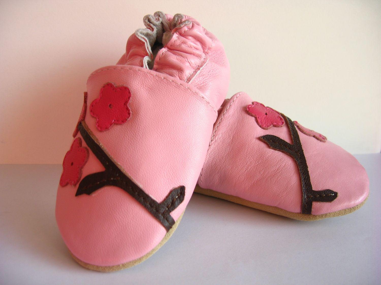 chaussons en cuir pour bébé 12 - 18 mois. Chaussons bébé rose. Modèle : fleur.