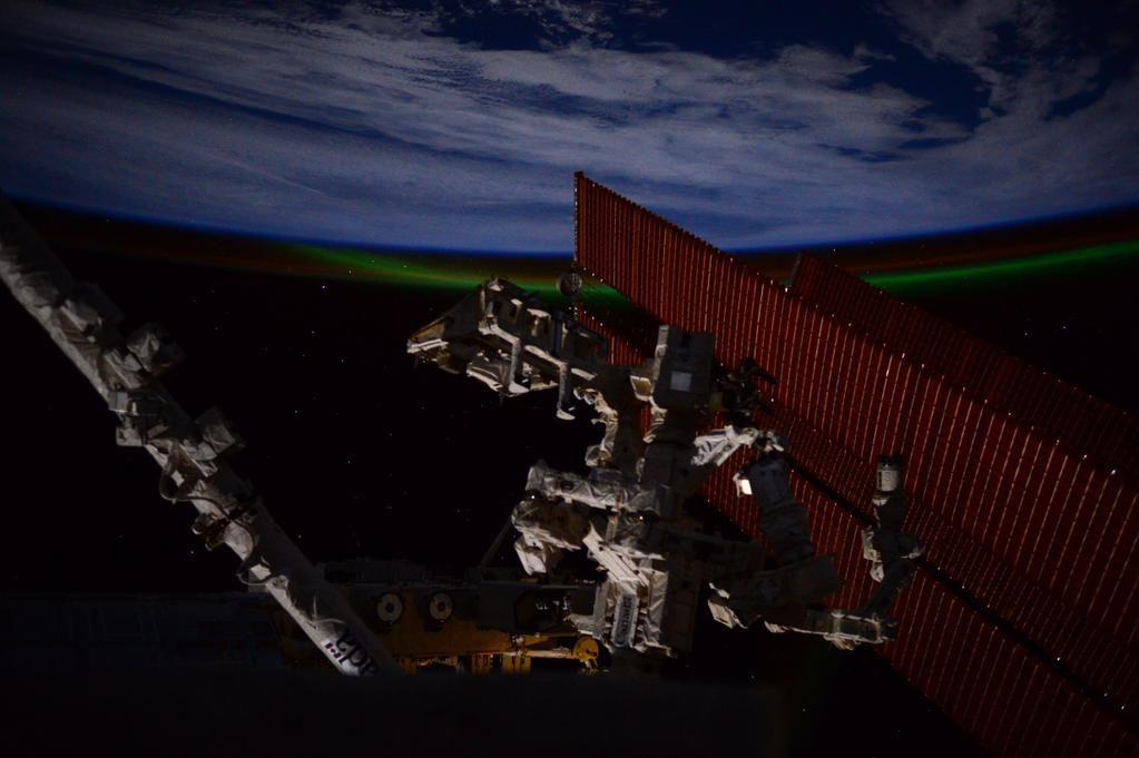 (IT) La Terra, l'aurora, le stelle... ma anche il nostro avamposto nello spazio non è affatto male!