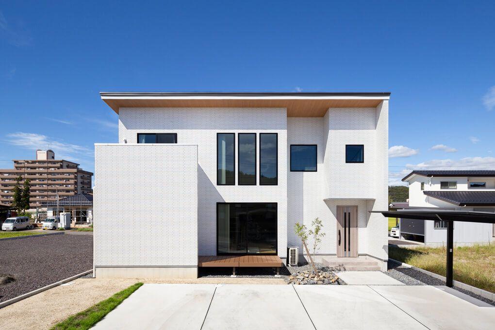津島店モデルハウスのb棟を参考に 木目のフレームと白の外壁 大きな