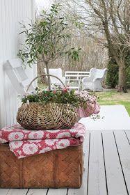 Det finnes utallige hagemøbler ute på markedet ,men fikk jeg selv velge ville jeg brukt innemøbler også ute. Det har det blitt mere og me...