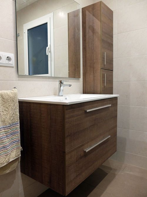 Reforma de ba o en barcelona con mueble de lavabo y auxiliar laminados en madera oscura por - Reformas de banos en barcelona ...