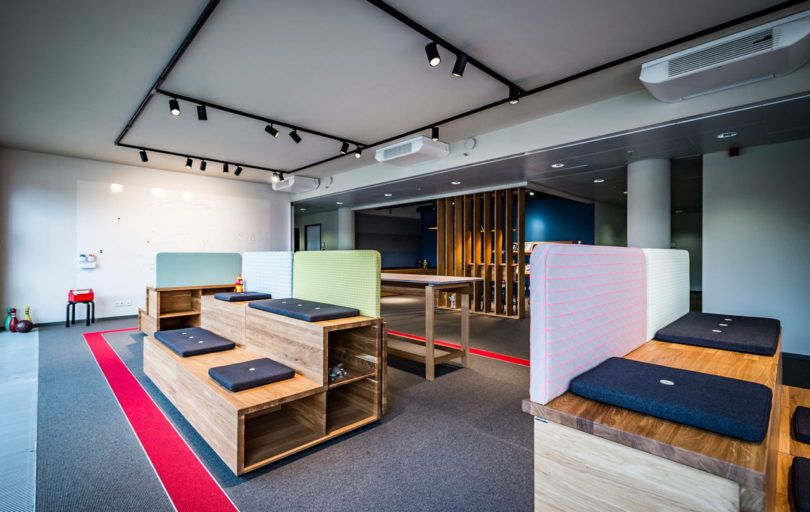A Flexible Workshop and Lounge for the Volkswagen Group\u0027s Carmeq