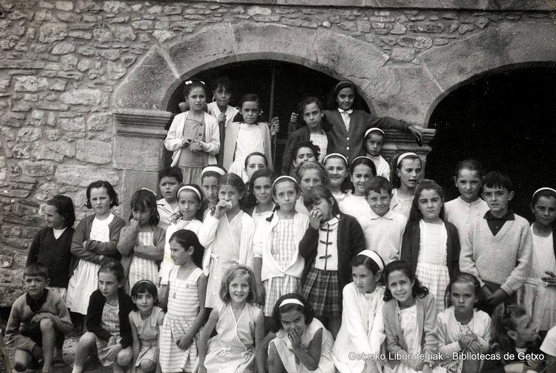 Excursión de niños de la antigua iglesia subterránea de Villamonte, hacia 1962 (Cedida por Alicia Alaguero) (ref. 05160)