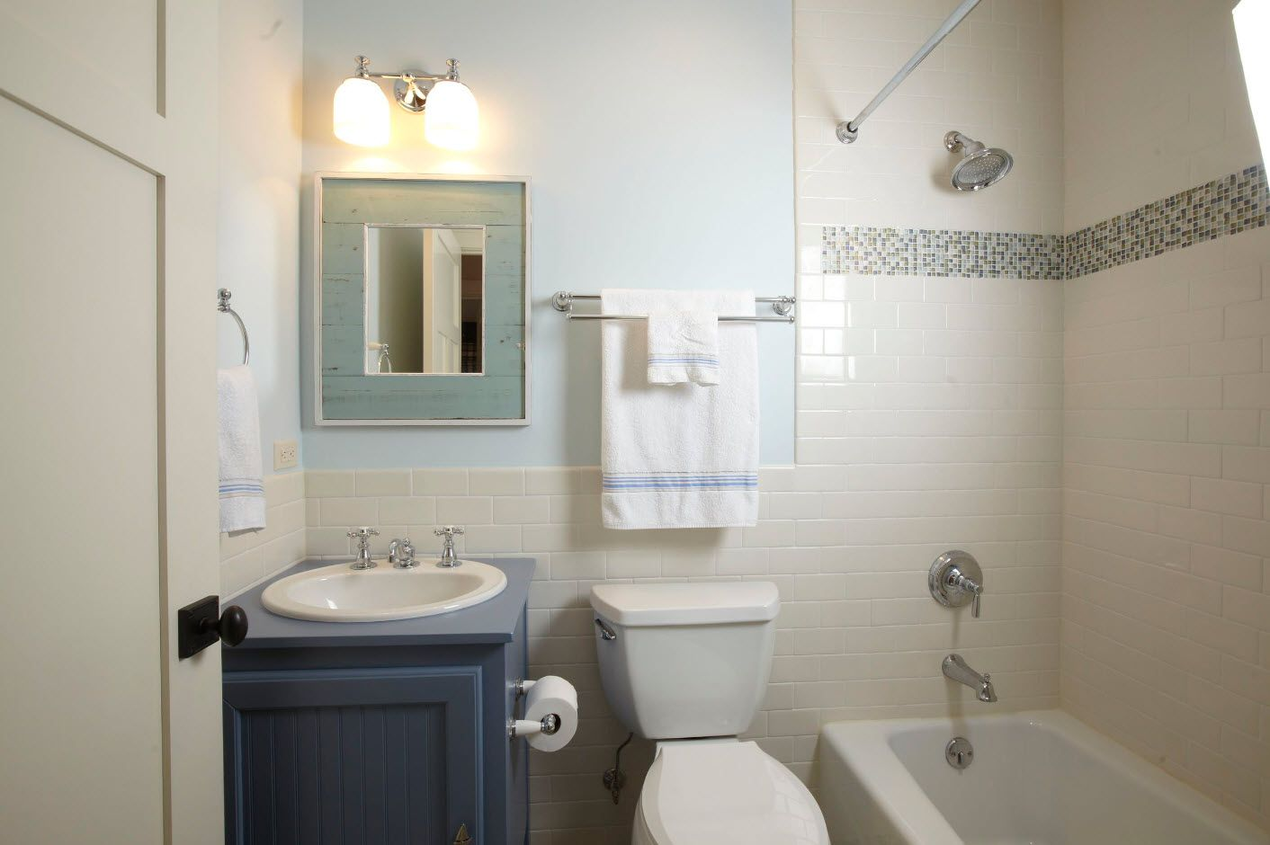 Small bathroom in the photo | Tiny Bathroom | Pinterest | Small ...