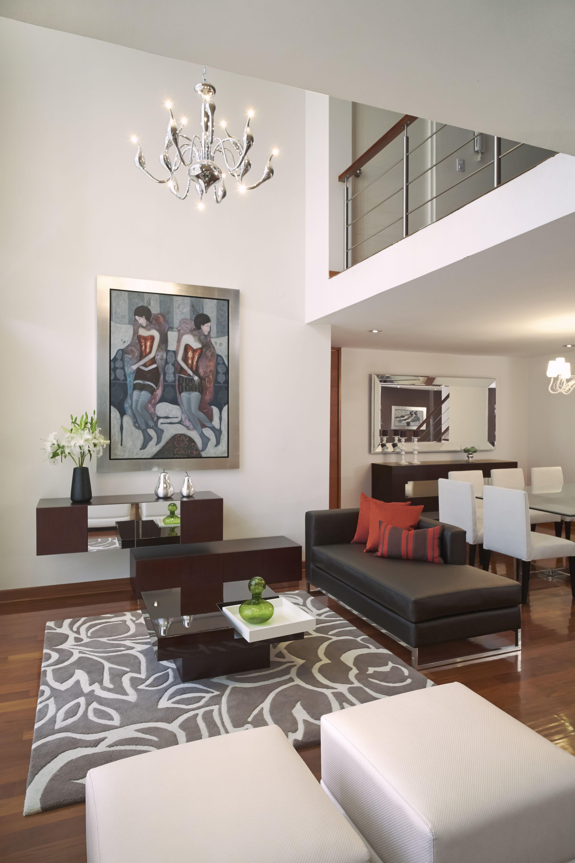 Vista de la zona de estar con la alfombra florencia y la for Sala de estar beige