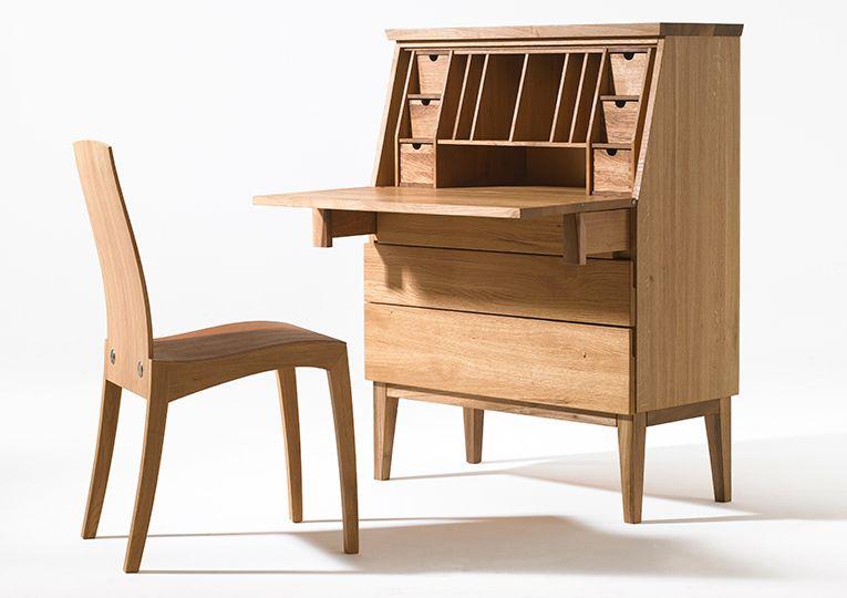 EMILY sekretär Schreibschränke geraten allmählich in Vergessenheit, obwohl sie sehr nützliche Möbel sind. Die klaren Linien und die Funktionalität verleihen dem Sekretär noble Eleganz, und machen ihn zu einem durch und durch praktischen Möbelstück, das sowohl in modernen als auch in klassischen Interieurs eine gute Figur abgibt. Er ist ein stabiles und zugleich zierliches Möbelstück in schöner Optik aus Massivholz. Hinter der aufklappbaren Schreibplatte verbergen sich Schubfächer, die zur…