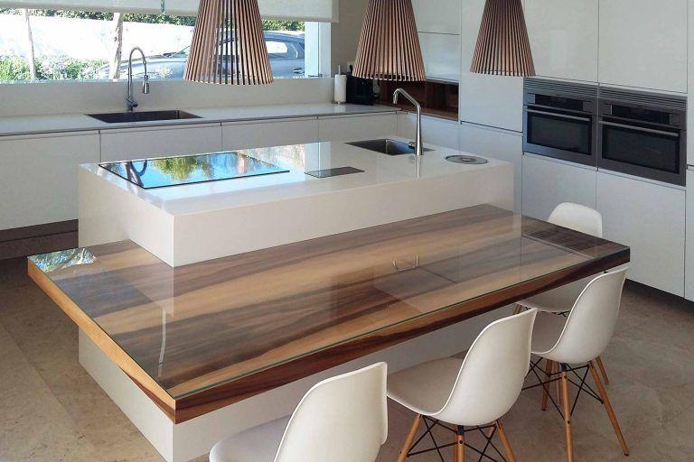 Cocina en blanco forma de ele e isla y mesado en madera - Cocinas pequenas en forma de ele ...