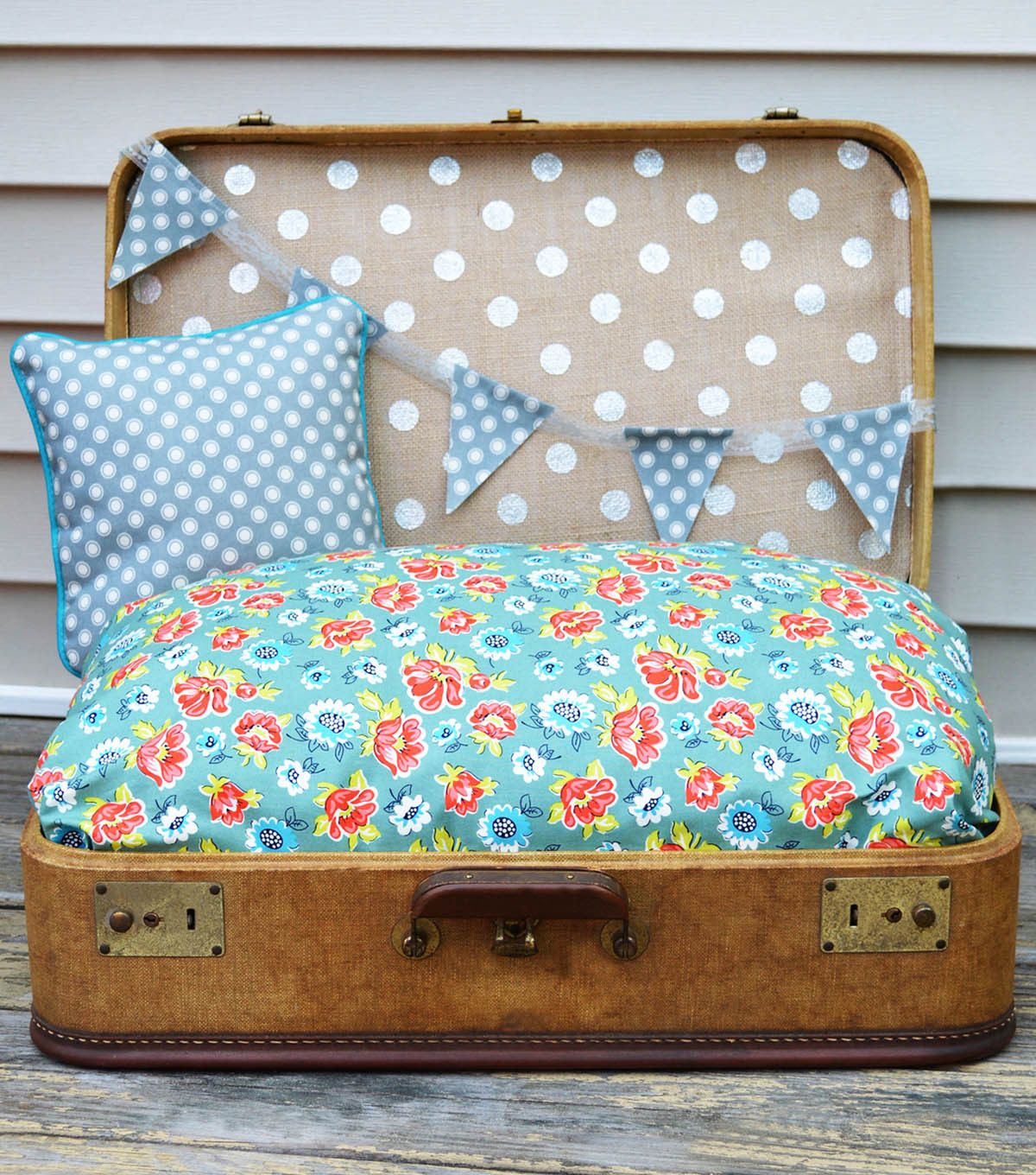 Love to travel with your dog?  This traveling pet bed is such a cute idea for a bed on the go!
