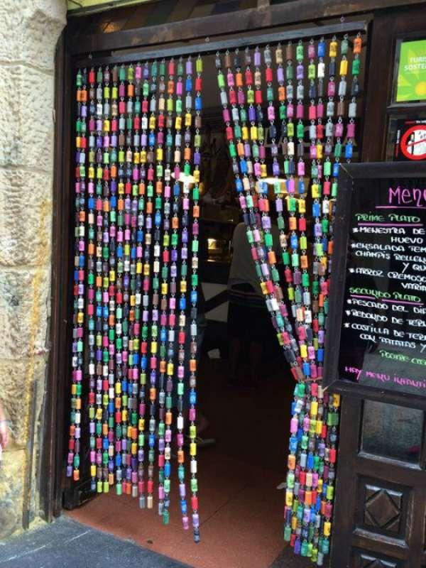 16 id es d co de rideaux insolites d co art de bouchon - Rideau de porte exterieur plastique ...