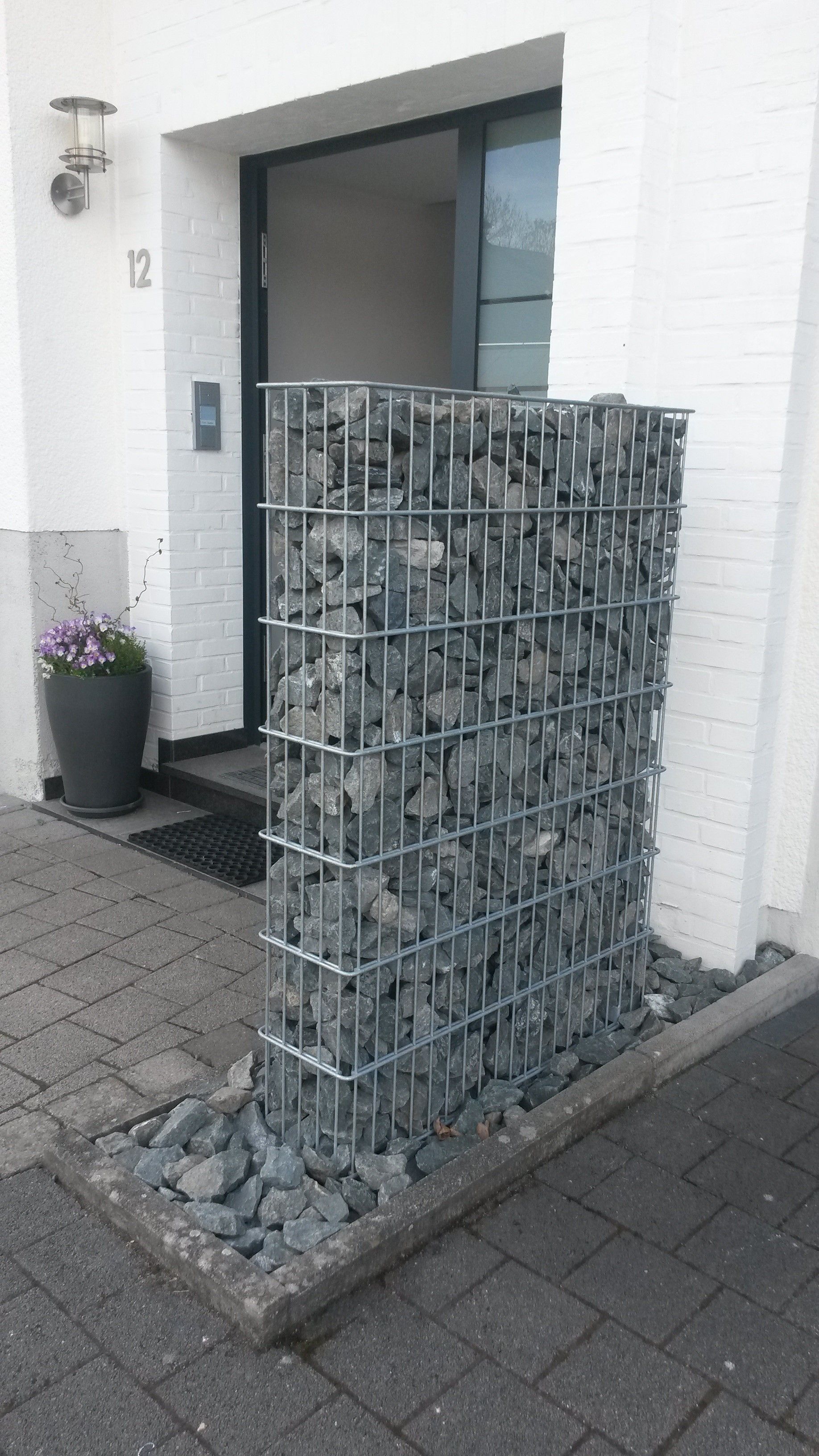 Gabione Olpe Sichtschutz am Hauseingang mit Briefkasten