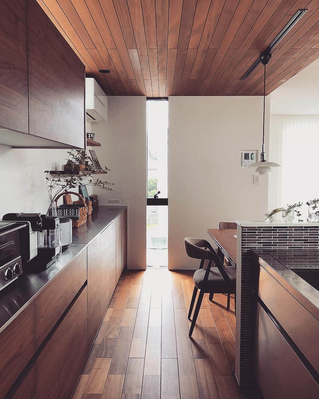Omamiさんはinstagramを利用しています キッチン左手 木張り天井とフローリングの目地が向かう先は天井一杯の高さがあるスリット窓 半分fix半分 Interior Design Kitchen Contemporary Interior Design Kitchen House Interior
