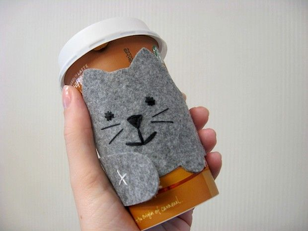 Help your coffee and tea stay warm while protecting your hands from hot to-go cups with this super-cute felt kitty cat cup sleeve tutorial!