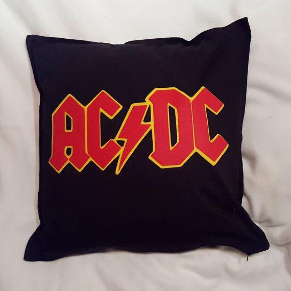 Fodera 100% cotone Jeans con zip e decorazione in pannolenci che riproduce il logo del gruppo AC/DC.   Dimensioni: 50 cm x 50 cm  *** A causa del