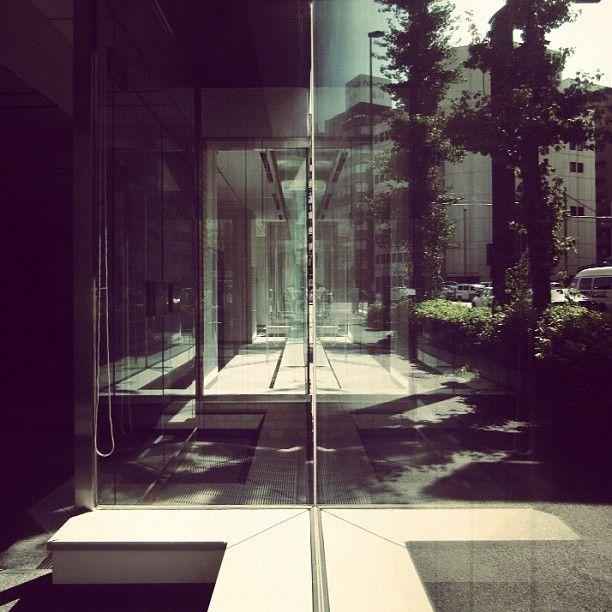 tokyo statigram gcs glass window street mirror maze webstagram