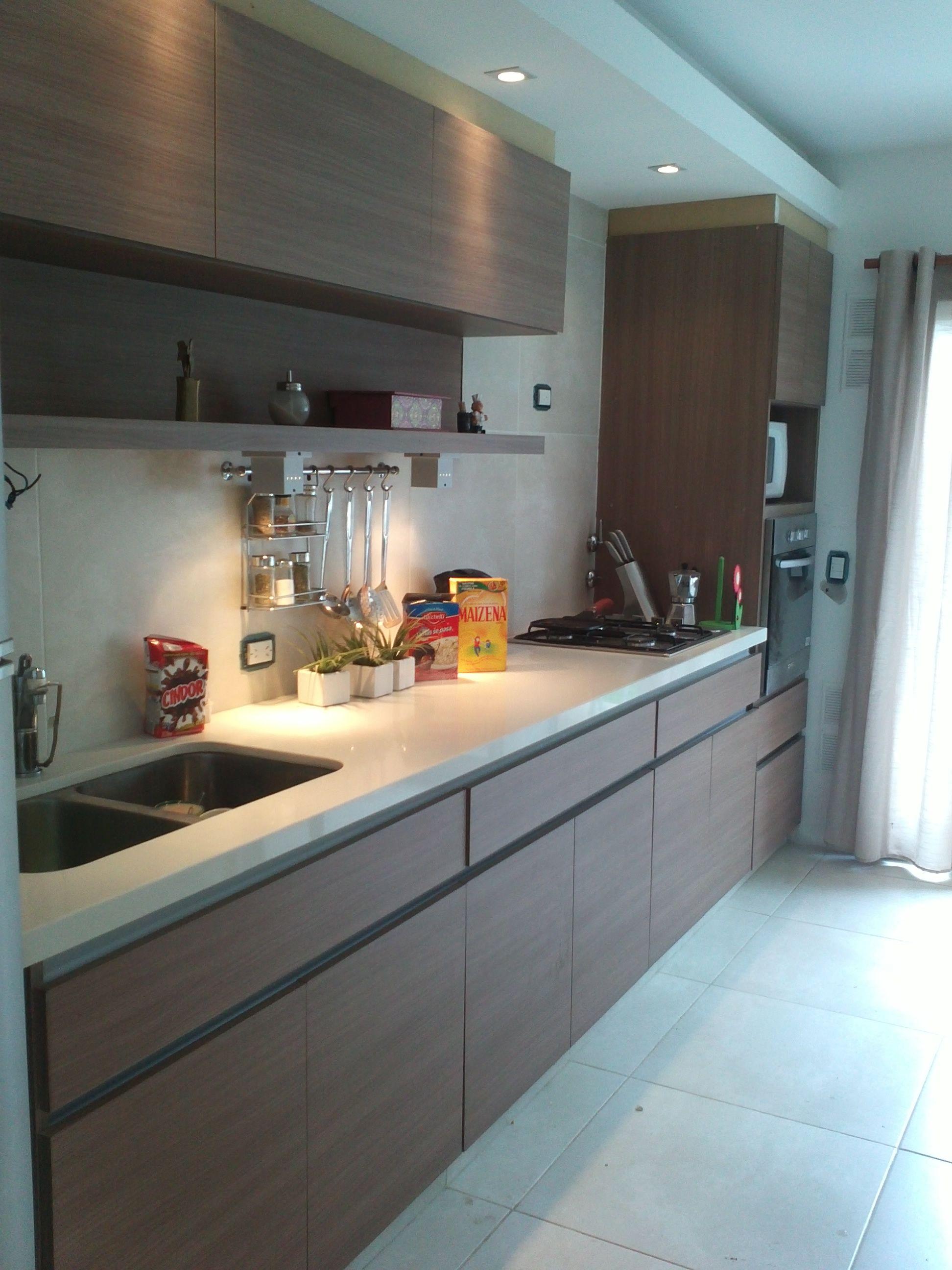 cocina realizada en melámina carvallo mezzo con perfiles de aluminio ...