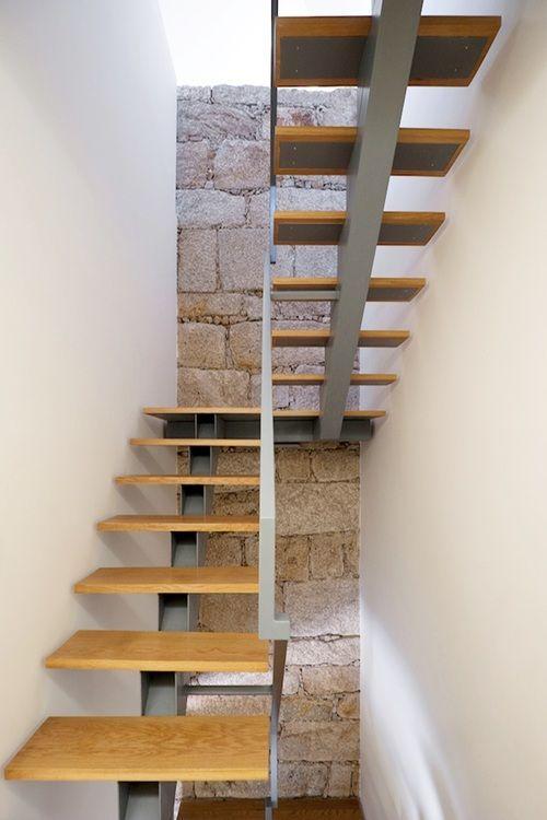 Pequeña vivienda Estilo Tradicional, exteriores rústicos e - escaleras de madera rusticas