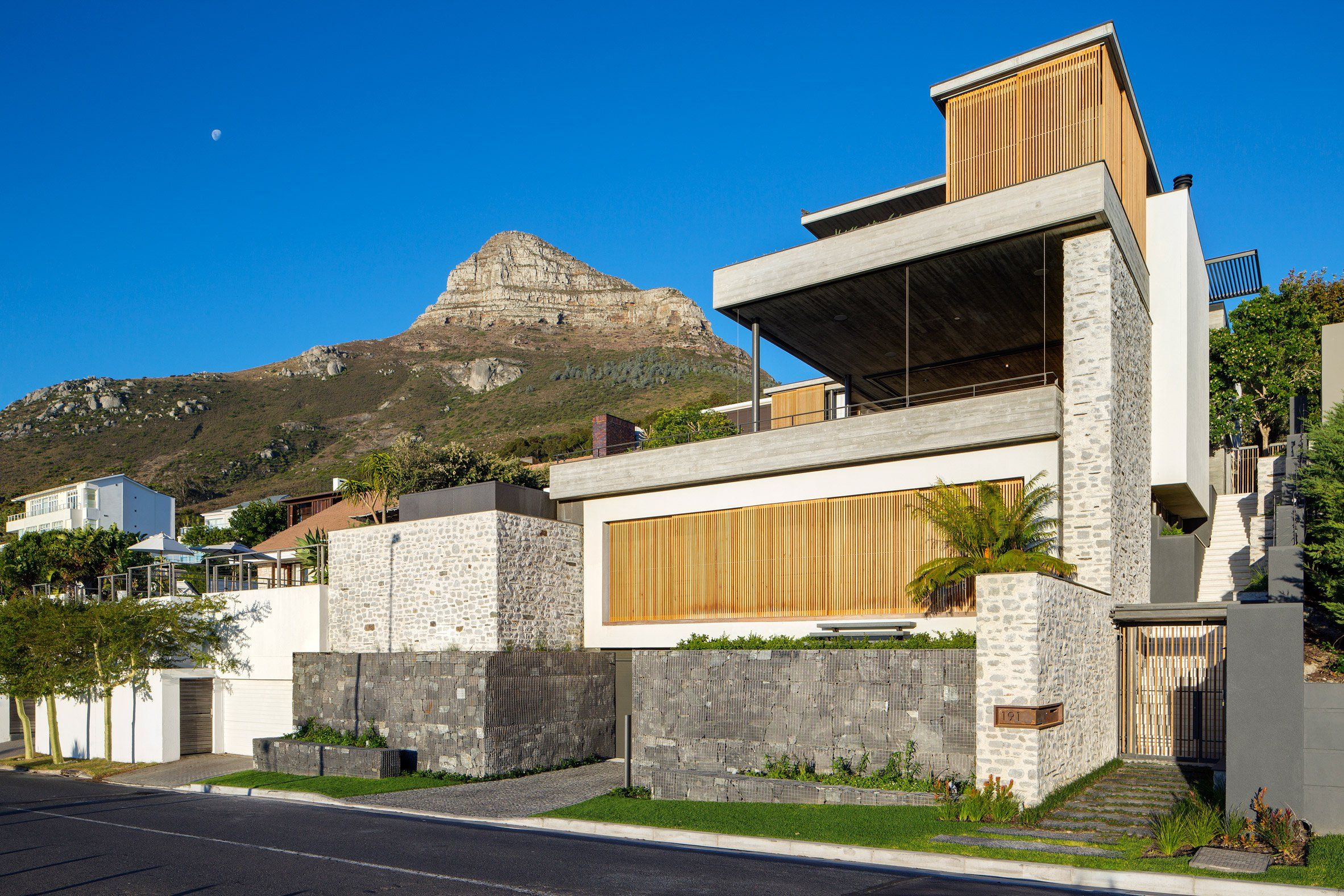 Sliding glass walls allow sea breezes into malan vorsters clifton clifton house by malan vorster malvernweather Images