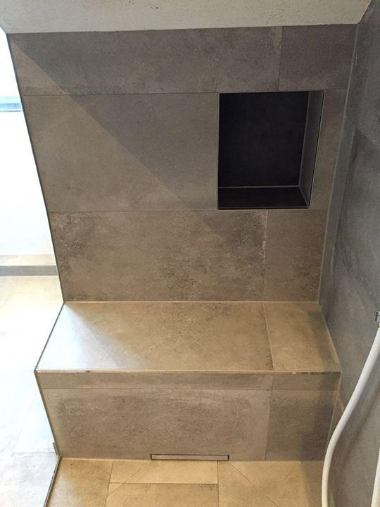 sitzbank in der dusche mit ablagenische badezimmer pinterest sitzbank badezimmer und b der. Black Bedroom Furniture Sets. Home Design Ideas