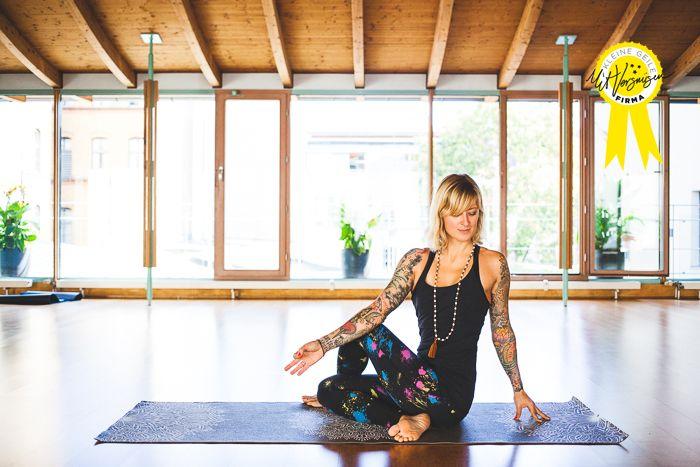 Jelena unterrichtet Yoga online und offline. Vorhang auf die unsere kleine, geile Firma KICK ASS YOGA.