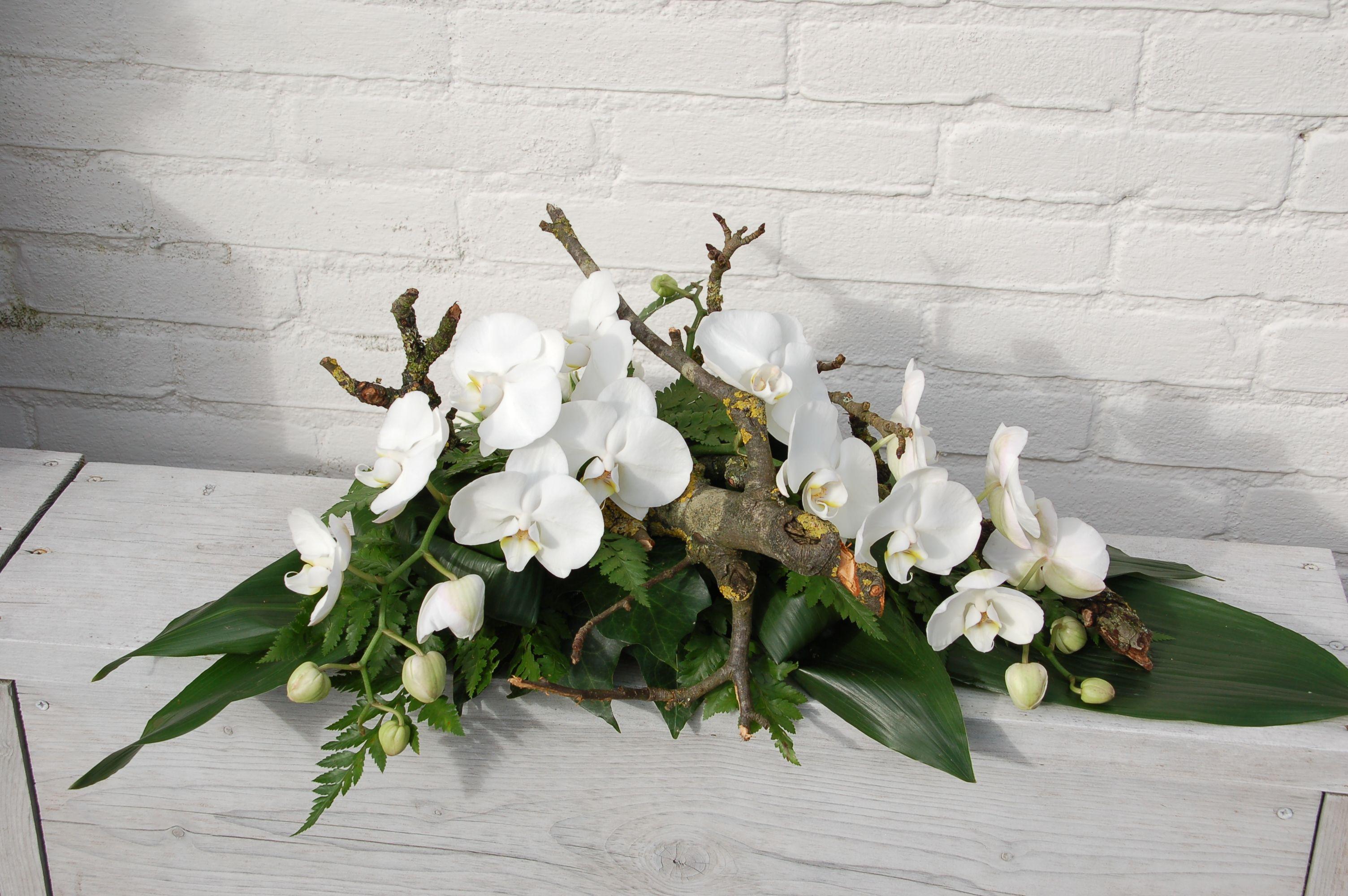rouwarrangement met witte orchideeen grabgesteck beerdigung blumen blumen und blumen gestecke. Black Bedroom Furniture Sets. Home Design Ideas
