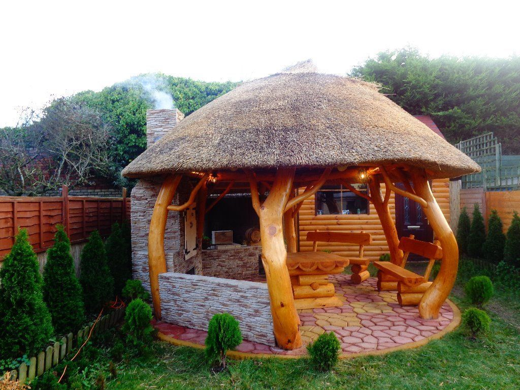 THATCHED GAZEBO. SUMMER HOUSE. LOG CABIN. GARDEN FURNITURE.BARBECUE.REED |