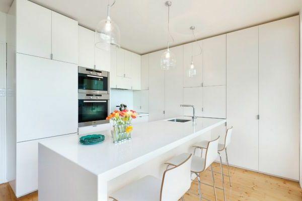 Drei Stühle und gläserne Kronleuchter in einer weißen Küche - Die ...