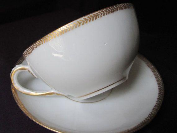 Limoges taza y plato. Producido en Francia (circa 1900) por M. Redon empresa. Clásico blanco con adorno en porcelana translúcida fina de oro.  Sin astillas ni grietas.  Taza y plato de set1 5/8(2.8cm) alta La Copa es 3(7.4cm) a través de borde a borde. El platillo es 4 1/4(11cm) de diámetro.  NAVES EN TODO EL MUNDO EXCEPTO PAÍSES DE LA UNIÓN EUROPEOS A MENOS QUE EL COMPRADOR SE COMPROMETE A DEVOLVER Y REEMBOLSO SÓLO SI RECIBE PUNTO ES SUSTANCIALMENTE DIFERENTE DEL LISTADO DE FOTOS O…