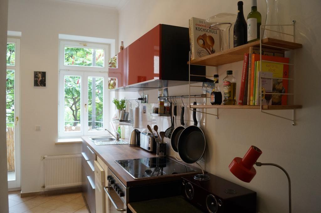 Schicke Küche in Leipziger WG mit Fenster und Balkonzugang Wohnen