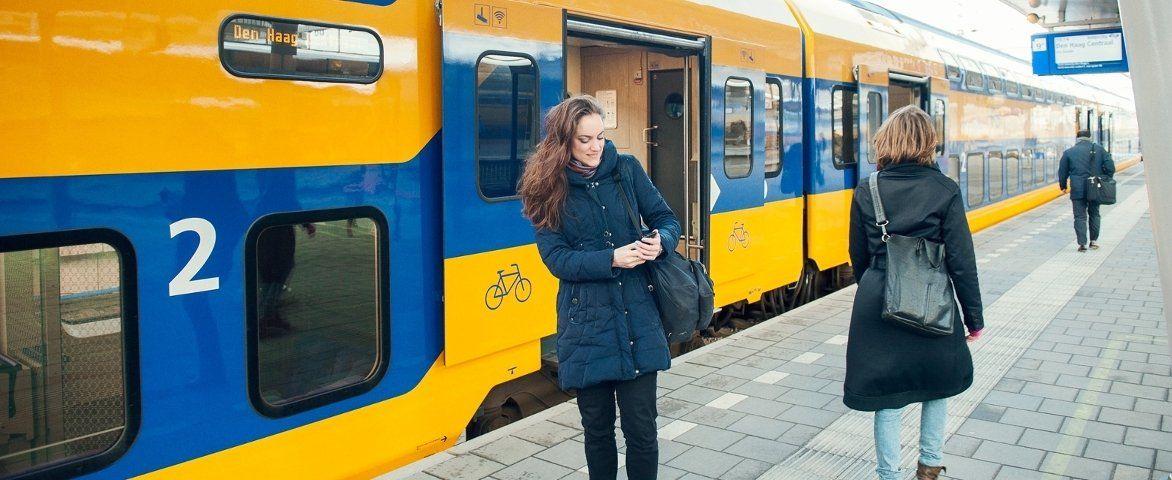 trein met fietsruimte langs perron