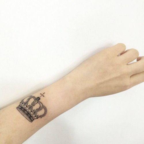 Tatuaje De Una Pequena Corona En El Antebrazo Izquierdo Artista Tatuajes En Clavicula Tatuaje Antebrazo Mujer Tatuajes De Manga Del Antebrazo