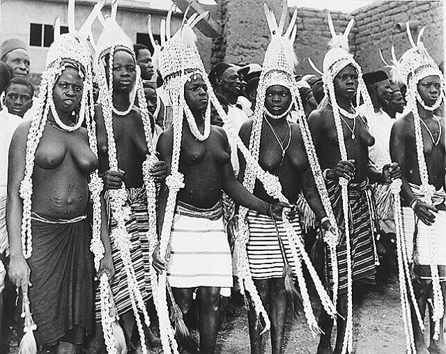 """Dancers Sénoufo Boundiali. Hairstyles and ornaments are made of cowries, shells once used as currency."" Abidjan, Côte d'Ivoire, 1934. Ph: unknown #SUNUnotes #SUNUjournal"