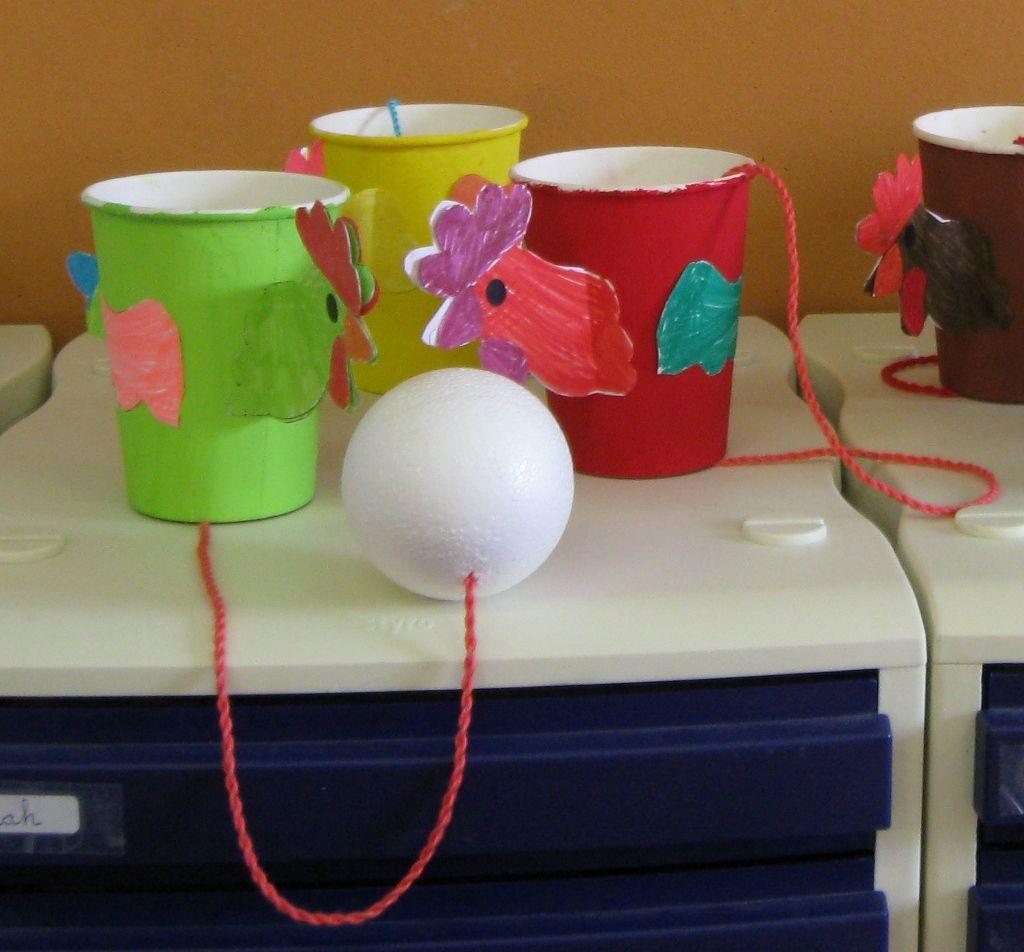 Poule bilboquet avec un gobelet en carton et une boule de for Deboucher toilette avec bouteille