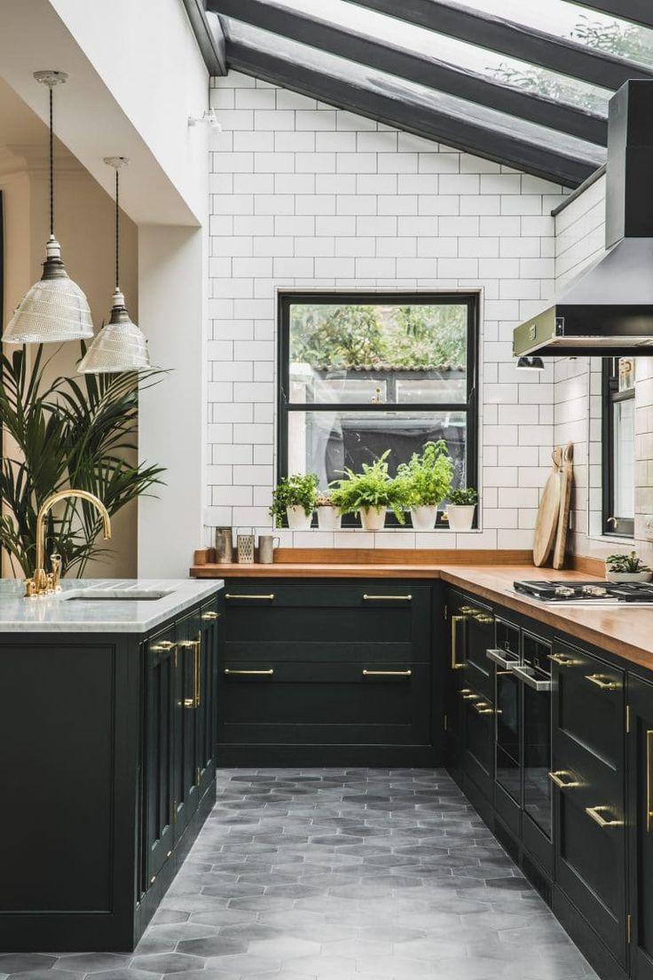 Industrial British kitchen in dark green. Heminredning