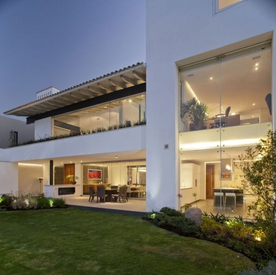Casa moderna con tejado colonial casas modernas pinterest for Casa moderna jardines