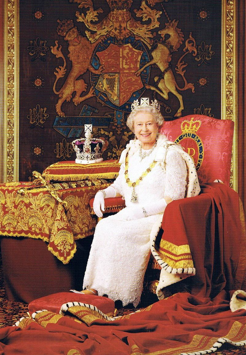 h m queen elizabeth ii in her official golden jubilee portrait c 2002 images temps pass. Black Bedroom Furniture Sets. Home Design Ideas