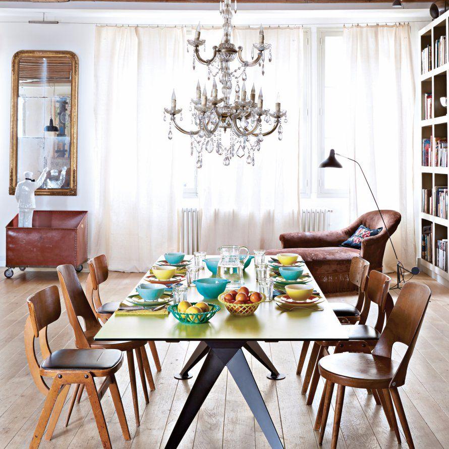 Dans La Salle à Manger Vintage, Autour De La Table Verte En Acier Et  Résine, Créée Par Igor David Becker, Le Bois Blond Des Chaises Des Années  50, ...