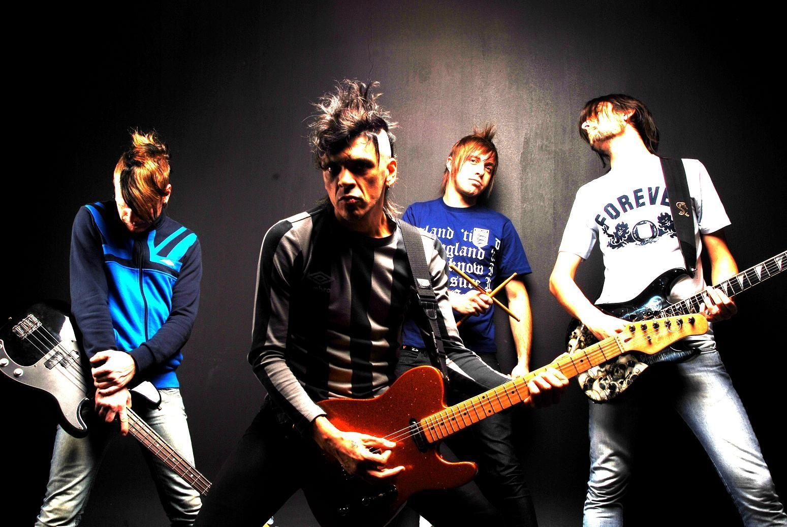 Sempre gostei muito de rock e a alguns anos criei uma banda de rock e fizemos muito sucesso,pelo nosso estilo e talento.