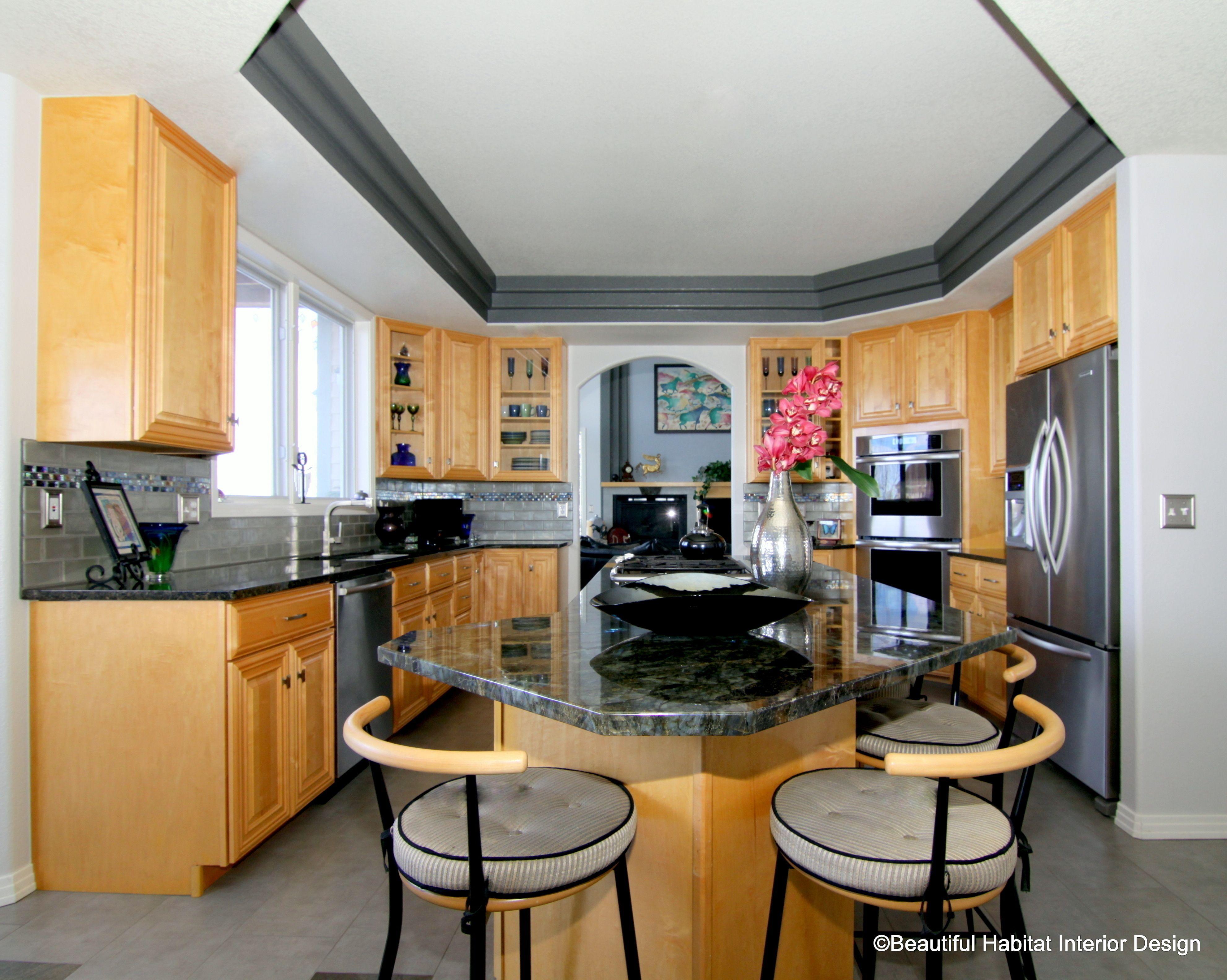 Ziemlich Küchenwand Farben Mit Goldenen Eichenschränken Bilder ...