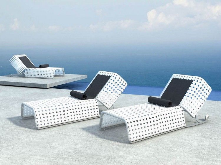 mobilier piscine design bains de soleil en aluminium blanc neige et serviettes de plage noires. Black Bedroom Furniture Sets. Home Design Ideas