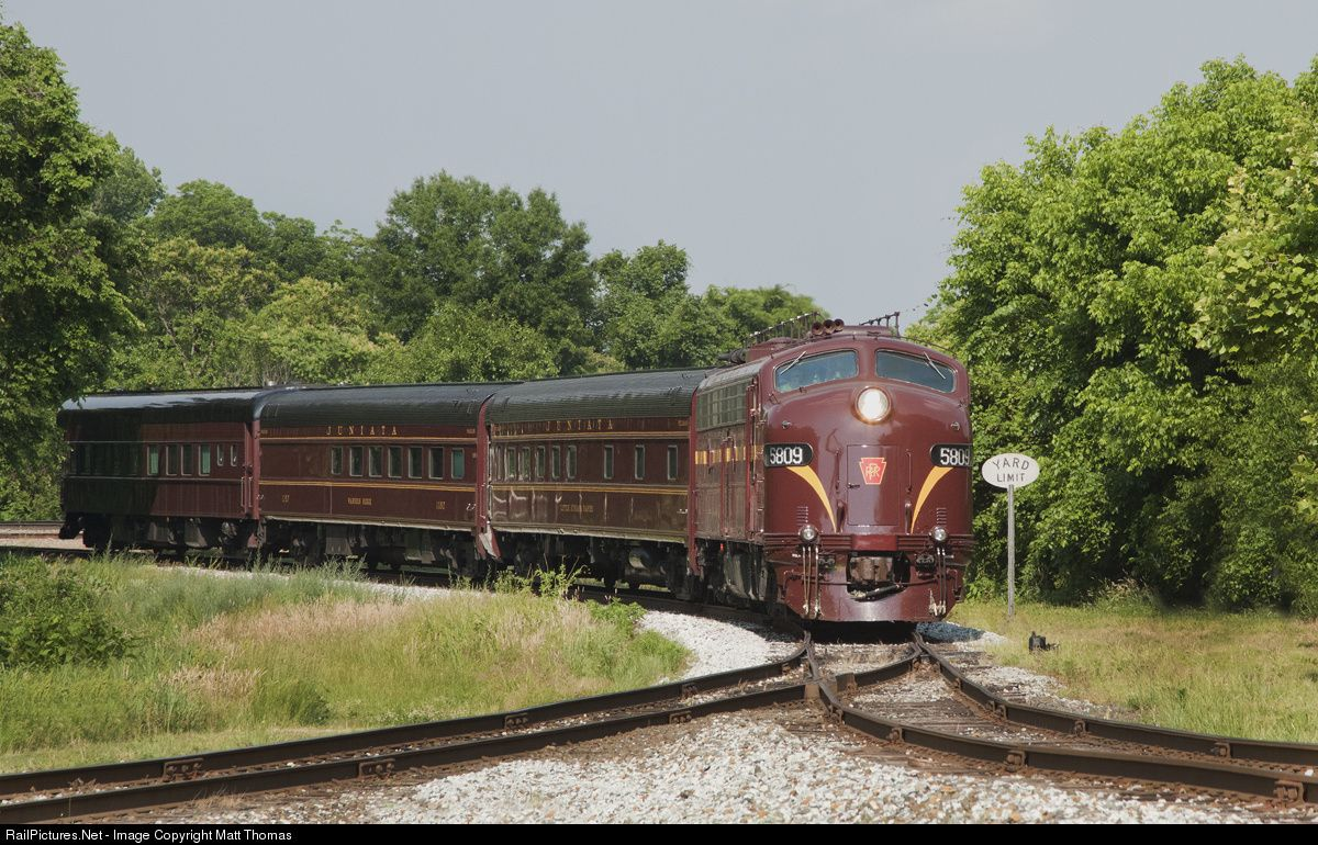 pennsylvania e8a 5809 eases a few matching passenger cars through the junction and yard limits at spencer train tracks train pennsylvania railroad pinterest