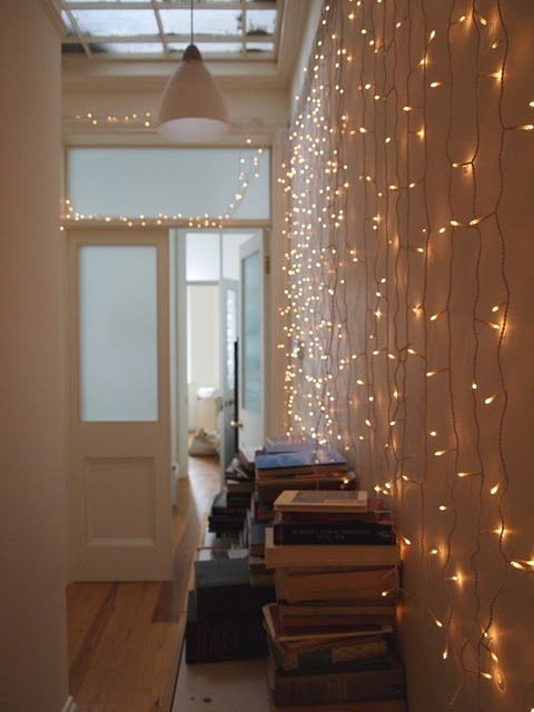 twinkle lights and books, the best Living Room Pinterest