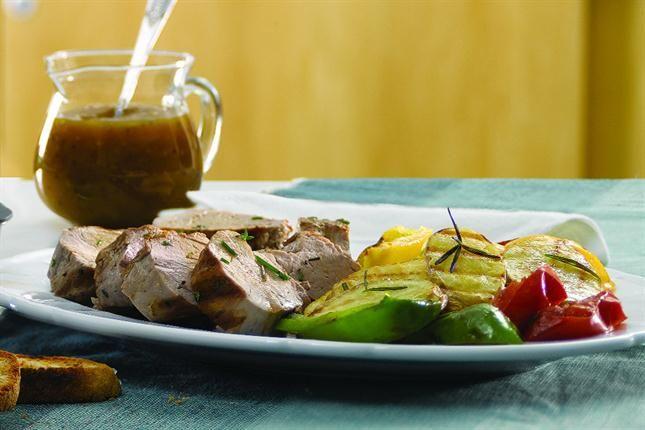 Lomitos de cerdo, verduras grilladas y salsa de mostaza