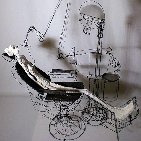 Escultura de alambre en silla dental.